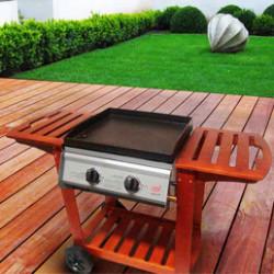 Toute une gamme de barbecues à gaz résistants qui donnent envie d'organiser des repas de fête en famille ou entre amis durant les journées ensoleillées ou pour des soirées nocturnes dans votre jardin ou sur votre terrasse. Vous pourrez tout cuire à la plancha, en rôtissoire, sur le grill... Vous disposerez d'un espace de cuisson digne d'un vrai Chef !
