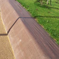 La toile de paillage est devenue un incontournable des aménagements paysagers pour que les végétaux poussent plus vite, sans entretien, sans désherbage et sans arrosage. En coloris vert, marron ou noir et en 90gr/m² ou en 130gr/m², la bâche de paillage est très efficace contre les mauvaises herbes et favorise la croissance des végétaux.