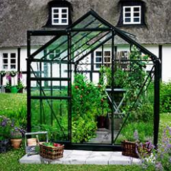 La serre de jardin en verre horticole est idéale pour protéger vos plantes des aléas climatiques. Nos serres de jardin sont équipées de verre horticole de 3mm et 4mm. Le verre horticole est recyclable et ne s'altère pas. Elles sont faciles à installer, avec des clips et des joints de vitrage. La serre en verre horticole laisse pénétrer environ 90% de la lumière du soleil, sans laisser passer les rayons ultraviolets. Le verre horticole ne se décolore pas, est facile à nettoyer et retient bien la chaleur.