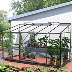 La serre adossée est idéale si vous manquez d'espace. Grâce à la serre adossée, vous pourrez cultiver vos plantes ou légumes et les protéger en gardant une température constante dans la serre. Vous pourrez facilement la raccorder au chauffage de la maison, à l'eau et à l'électricité. Elle permettra de profiter de la chaleur diffusée par votre maison. Les structures sont en acier galvanisé ou en aluminium selon les modèles.